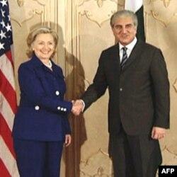 美国国务卿克林顿与巴基斯坦外长库雷西握手