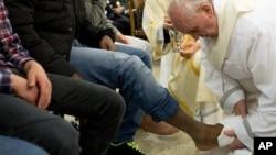 28일 로마의 '카사 델 마르모' 소년원에서 수감자의 발을 씻겨주는 프란치스코 교황. 바티칸에서 발간하는 일간 신문인 로세르바토레 로마노 제공.