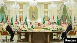 លោក Haider Al-Abadi នាយករដ្ឋមន្ត្រីអ៊ីរ៉ាក់ ស្តេច Salman bin Abdulaziz Al Saud របស់អារ៉ាប៊ីសាអូឌីត និងលោករដ្ឋមន្ត្រីការបរទេសអាមេរិក Rex Tillerson ចូលរួមក្នុងកិច្ចប្រជុំមួយនៅក្នុងក្រុង Riyadh ប្រទេសអារ៉ាប៊ីសាអូឌីតកាលពីថ្ងៃទី២២ ខែតុលា ឆ្នាំ២០១៧។