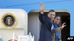 Президент Барак Обама и Первая леди Мишель Обама на авиабазе «Эндрюс» в американском штате Мэриленд. 5 ноября 2010 года