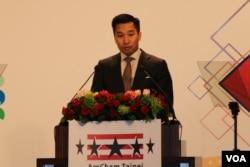 """美国国务院东亚暨太平洋事务局副助卿黄之瀚在台北美国商会举办的""""2018谢年饭""""上发表演讲。(美国之音记者杨明拍摄 2018年3月21日)"""