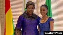 Dr. Diene Keita (G) et une jeune femme de son cabinet avant une session parlementaire à Conakry le 4 juillet 2019.