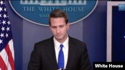 Obama'nın mesajını açıklayan Beyaz Saray Sözcü Yardımcısı Eric Schultz
