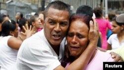 Escena de pánico durante los desórdenes en las afueras de la prisión venezolana La Planta, en mayo pasado. Periodistas que cubrieron esos eventos han sido perseguidos y amenazados, según la SIP.