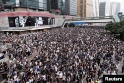 Đám đông biểu tình chống dự luật dẫn độ ở Hong Kong, Trung Quốc, ngày 12/6/2019. REUTERS/Tyrone Siu