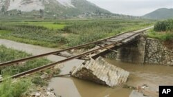 지난 7월 북한 평안남도 온천군에서 폭우로 유실된 다리. (자료 사진)
