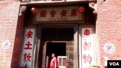 加尔各答老中国城,李老伯打开东安会馆的大门。(美国之音朱诺拍摄,2016年10月17日)