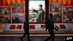 2021 年 6 月 25 日,記者走過一張中國國家主席習近平在北京鳥巢國家體育場附近參觀中國共產黨博物館的照片。