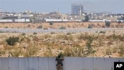 利比亚反对派战士8月23日在的黎波里阿齐齐亚区的卡扎菲大院外观战