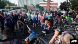 """پل بیلی، کلانتر ناحیه """"برین"""" در جنوب غرب ایالت میشیگان در حال گفتگو با خبرنگاران - ۲۱ تیر ۱۳۹۵"""