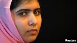 Nữ sinh người Pakistan Malala Yousafzai bị Taliban bắn khi đang đi xe buýt năm 2012.