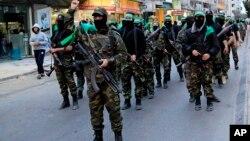 """Brigade Izzedine al-Qassam, sayap militer kelompok Hamas, melakukan parade di Jalur Gaza (foto: dok). Iran sekarang adalah """"pendukung terbesar secara finansial dan militer"""" kepada sayap bersenjata Hamas."""