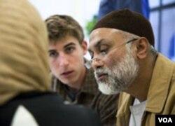 Zaytuna College menawarkan program intensif Bahasa Arab sebagai persiapan menyambut semester pertama musim gugur ini. (Kiri ke kanan) David Burkhart dan Shahid Bhuihan.