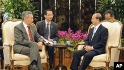 ນາຍົກລັດຖະມົນຕີ Lee Hsien Loong ແຫ່ງສິງກະໂປ (ຊ້າຍ) ພົບປະກັບປະທານາທິບໍດີ Thein Sein ແຫ່ງມຽນມາ ທີ່ສິງກະໂປ ໃນວັນຈັນມື້ນີ້, ວັນທີ 30 ມັງກອນ 2012.
