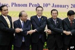 នាយករដ្ឋមន្រ្តីចិនលោក Li Keqiang ចាប់ដៃជាមួយនាយករដ្ឋមន្រ្តីវៀតណាមលោក Nguyen Xuan Phuc នាយករដ្ឋមន្រ្តីថៃលោកប្រាយុទ្ធ ចាន់អូចា នាយករដ្ឋមន្រ្តីកម្ពុជា លោកហ៊ុន សែន និងនាយករដ្ឋមន្រ្តីឡាវលោក Thongloun Sisolith នៅក្រុងភ្នំពេញ កាលពីថ្ងៃទី១០ ខែមករា ឆ្នាំ២០១៨។