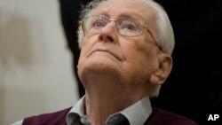 L'ancien SS Oskar Gröning attend son procès à Lueneburg, Allemagne, le 23 avril 2015.