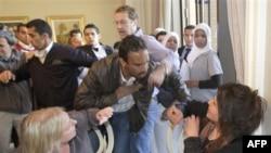 Bà Obeidi (phải) bị nhân viên an ninh thân chính phủ lôi đi khi đang thuật lại mọi việc cho các ký giả nước ngoài