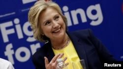 Kandidat calon presiden dari Partai Demokrat, Hillary Clinton, berbicara dalam pertemuan koalisi aktivis HIV/AIDS di kantor pusat kampanyenya di Brooklyn, New York (12/5). (Reuters/Mike Segar)