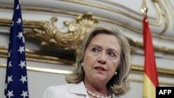 Klinton: Gadafi të largohet që t'i hapë rrugën demokracisë