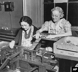 妇女在费城的一个军火库装配武器