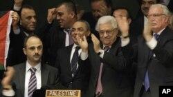在联大通过巴勒斯坦观察员身份议案后,巴勒斯坦代表团成员与阿巴斯(中)一起表示欢欣鼓舞