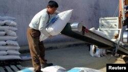 북한 남포항의 인부가 유럽연합 집행위원회 산하 인도지원사무국 ECHO가 지원한 대북 지원 물자를 트럭에 싣고 있다. (자료사진)
