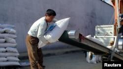 북한 남포항에서 국제사회가 지원한 대북 지원 물자를 트럭에 싣고 있다. (자료사진)