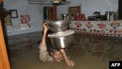 Nước lụt tràn ngập nhà trong thành phố Karachi, Pakistan