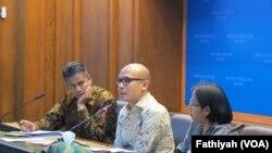 Direktur Kerja Sama ASEAN Kementerian Luar Negeri Derry Aman (paling kiri) sedang memberikan penjelasan kepada wartawan di kantornya mengenai pertemuan tingkat menteri luar negeri ASEAN dan RRT (Republik Rakyat China), akan berlangsung di Kota Kunming,Yunan, 13-14 Juli 2016 (Foto: VOA/Fathiyah).