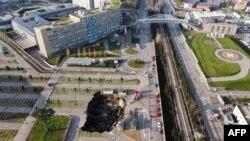 Lubang besar terlihat di tempat parkir rumah sakit Ospedale del Mare, lokasi tes Covid-19 di pinggiran kota Napoli, akibat tanah runtuh, 8 Januari 2021, menghancurkan beberapa kendaraan.