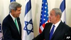 Ngoại trưởng John Kerry (trái) và Thủ tướng Israel Benjamin Netanyahu tại một cuộc họp báo