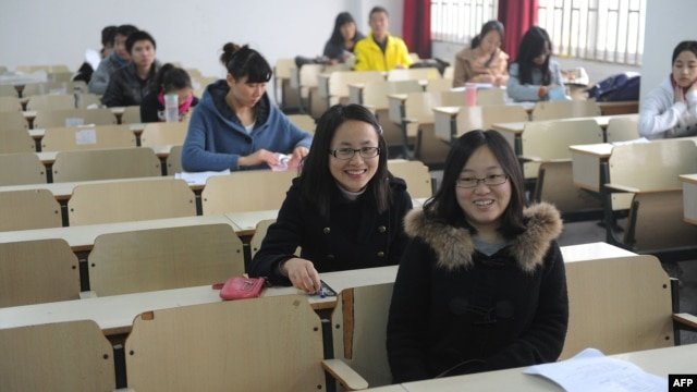 Candidates prepare to take the Chinese civil service examinations in Hefei, east China's Anhui province, November 27, 2011.