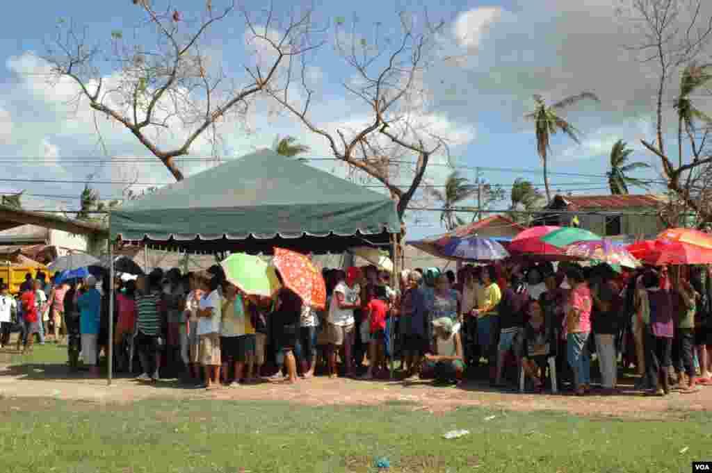 필리핀 중부 세부에서 15일 구호 물자를 수령하기 위해 기다리는 주민들.
