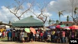 Grupa ljudi, uglavnom starijih gradjana, čeka zalihe humanitarne pomoći, 15. novembra 2013.