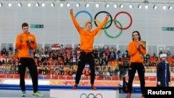 Ba vận động viên Hà Lan Sven Kramer, Bob de Jong và Jorrit Bergsma (giữa) đoạt 3 thứ hạng cao nhất ở bộ môn trượt băng nước rút 10 kilômét nam tại Sochi, ngày 18/2/2014.