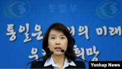 박수진 한국 통일부 부대변인이 8일 정부서울청사에서 이산가족상봉 문제 등에 대해 브리핑하고 있다.