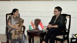 အိႏိၵယႏုိင္ငံျခားေရး၀န္ႀကီး Sushma Swaraj (ဝဲ) ႏွင့္ အင္ဒိုနီးရွားႏုိင္္ငံျခားေရး၀န္ႀကီး Retno Marsudi