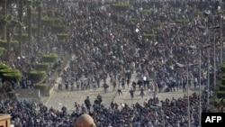 Qohira, 2 fevral 2011. Namoyishchilar va prezident Husni Muborak tarafdorlari orasidagi to'qnashuvlarda yuzlab odamlar jarohatlangan, uch kishi halok bo'lgan.