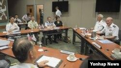 미국의 마틴 뎀프시 합참의장과 한국의 최윤희 합참의장, 이와사키 시게루 일본 통합막료장이 환태평양 합동군사훈련(림팩)을 계기로 1일 미국 하와이 국방부 산하 아·태안보연구소(APCSS)에서 회의를 하고 있다.