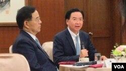 台湾外长吴钊燮(右)2019年11月22日在外交部茶叙上讲话。左为国际传播司司长陈明政。(美国之音齐勇明拍摄)