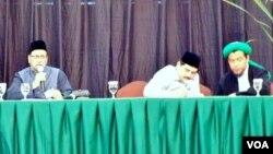 Seminar internasional dengan tema Peran Dakwah Damai di Jakarta, Minggu (15/7). Dari kiri: ulama India, Muhammad Ali Nadfi, moderator Husein Shahab, dan Dosen UIN Sunan Kalijaga Dhiyauddin Quswandi (foto: Fathiyah/VOA).