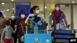 Hành khách tại sân bay quốc tế Nội Bài, Hà Nội. Thủ tướng Nguyễn Xuân Phúc ra lệnh ngừng các chuyến bay tới Việt Nam từ các quốc gia có biến thể mới của COVID-19.