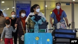 Hành khách đeo khẩu trang tại sân bay Nội Bài, Hà Nội. Đa số các ca nhiễm Covid-19 mới tại Việt Nam đều từ các chuyến bay.