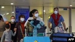 Tư liệu: Du khách đeo khẩu trang tại phi trường quốc tế Nội Bài, Hà Nội. Ảnh chụp ngày 2/2/2020.