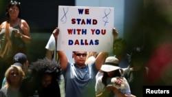 """روی کاغذ نوشته است """"ما کنار تو می ایستیم، دالاس"""". واکنش این مرد به کشتار پلیس های این شهر."""