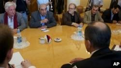 Pisac i jedan od lidera sirijske opozicije, Mišel Kilo, (drugi sleva) u razgovoru sa Sergejem Lavrovom
