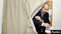 Rumen Radev, presidential candidate of the Bulgarian Socialist Party, casts his vote at a polling station in Sofia, Bulgaria, Nov. 6, 2016.