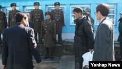 한국 통일부는 지난 22일 연평도 근해에서 표류하다 구조된 북한 주민을 26일 북측으로 돌려보냈다고 밝혔다.
