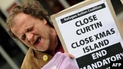 Một nhà hoạt động la hét phản đối trong cuộc biểu tình kêu gọi chính phủ Úc đóng cửa trung tâm giam giữ trên đảo Christmas (ảnh chụp năm 2010)
