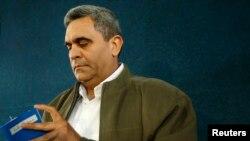 El exministro de Defensa de Venezuela Raúl Baduel lee la constitución venezolana antes de hablar con los medios de comunicación en Caracas, el 5 de noviembre de 2007.